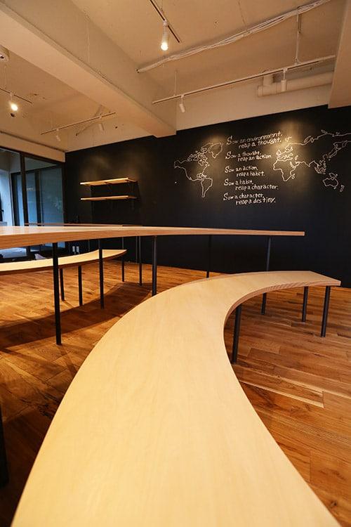 木の椅子と木の机で勉強する