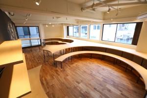 カフェのような空間で勉強する