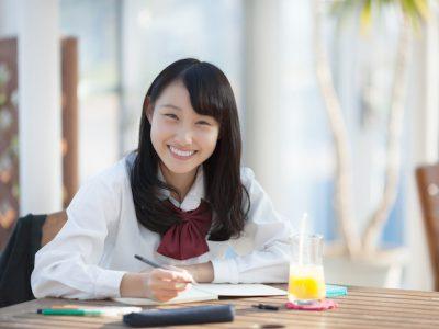 cafe student girl study 400x300 - カフェでの勉強歴10年の教室長が教えるカフェ勉が集中できる5つの理由