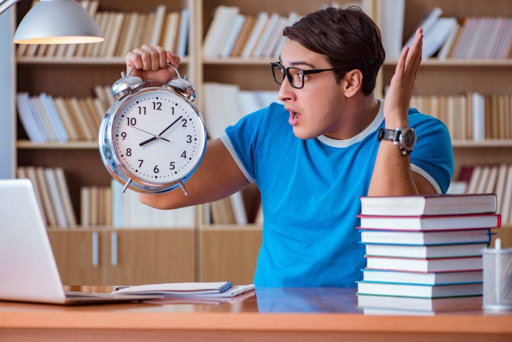 時間を確認する高校生