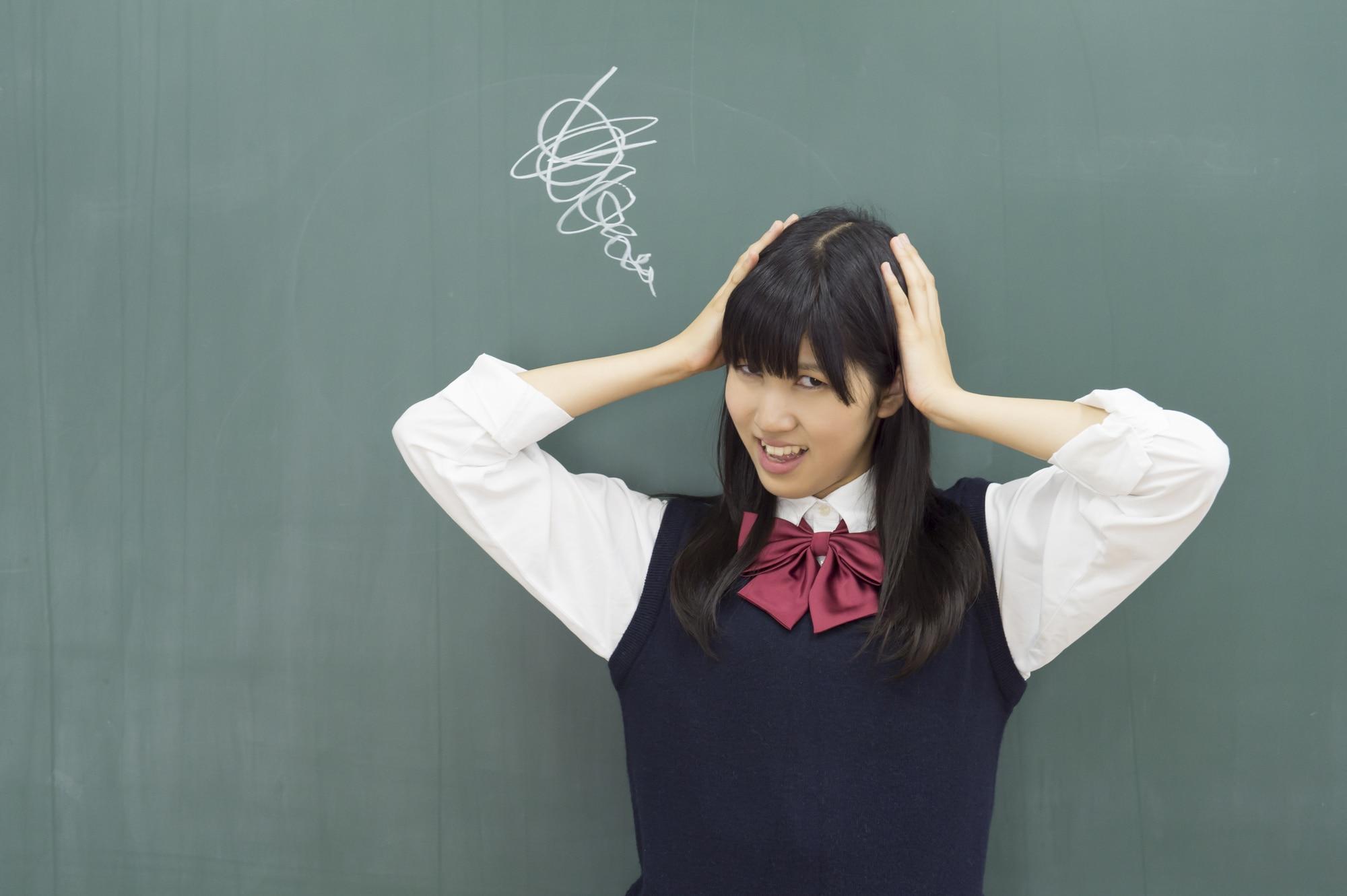 頭を抱える女子高校生