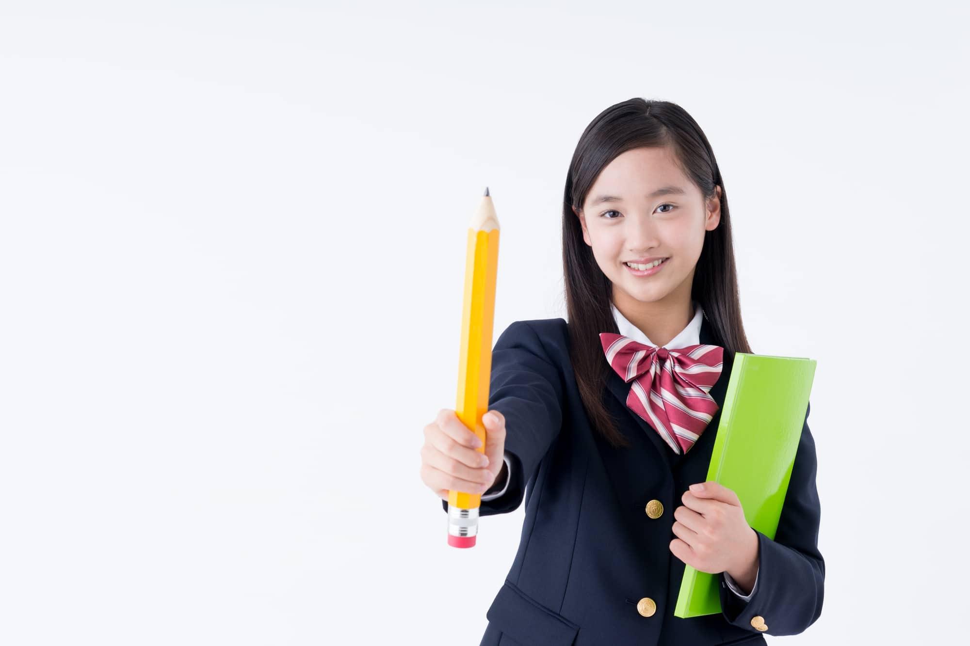 エンピツを持つ女子中学生