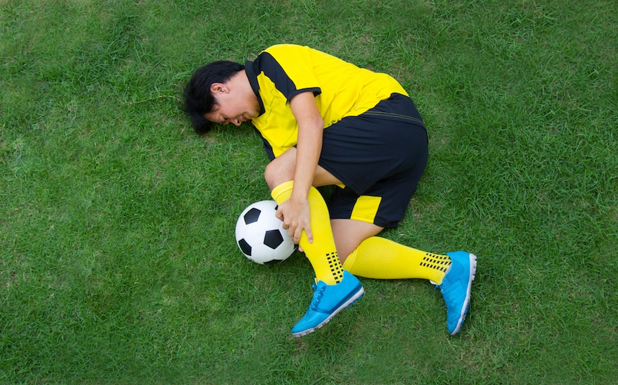 足をケガしたサッカー選手