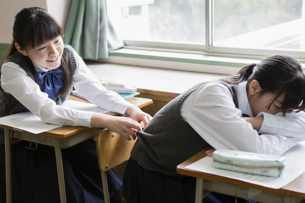 授業中に寝ている女子中学生