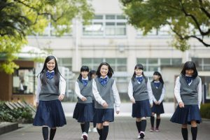 歩く中学生