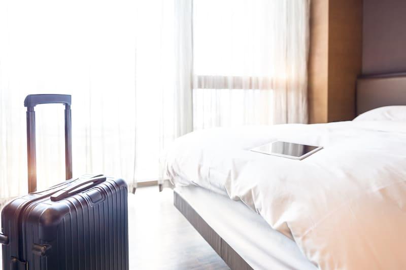 staying-hotel-liggage-travel-bed